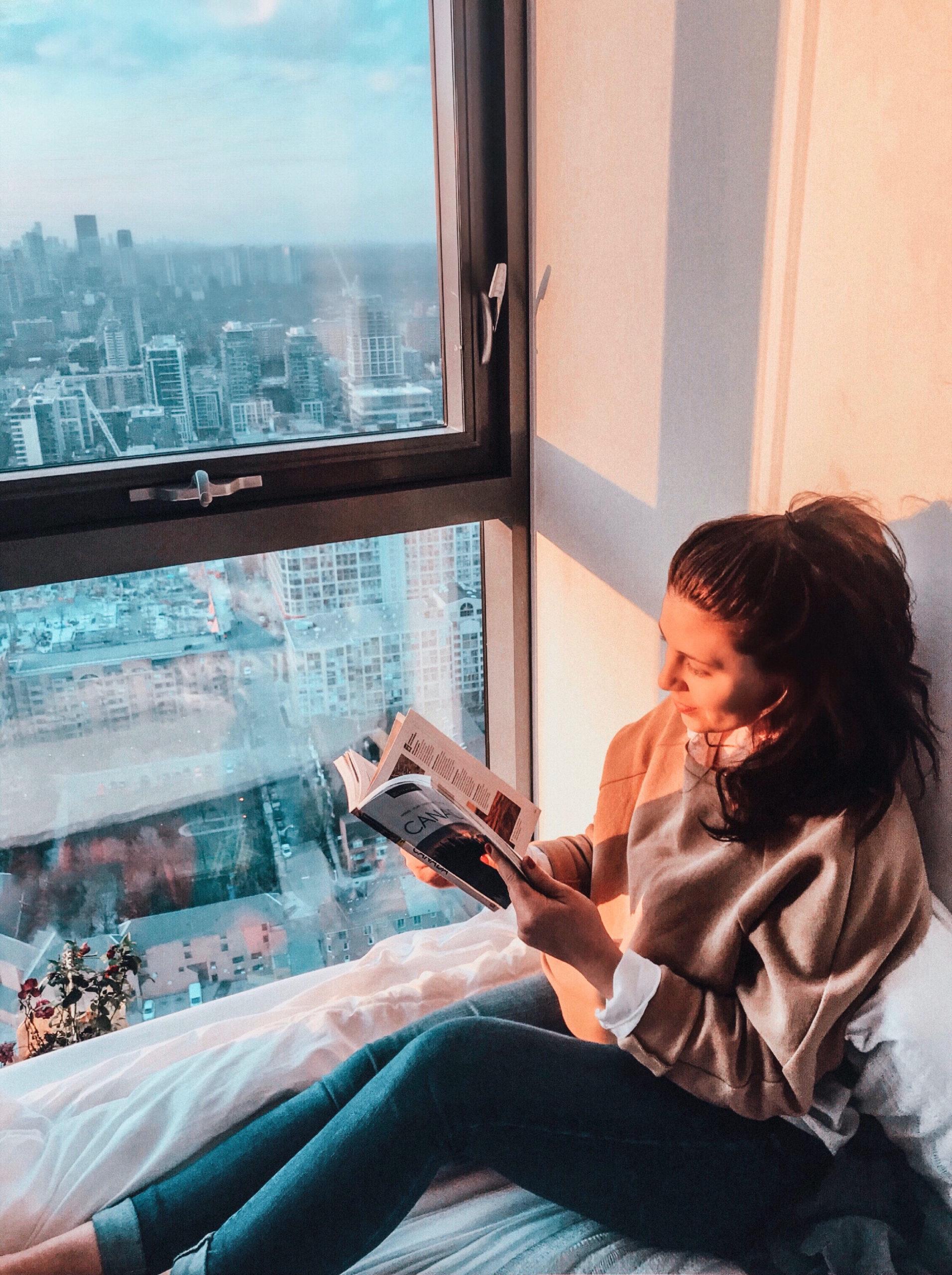 Hélène lit un guide touristique du Canada